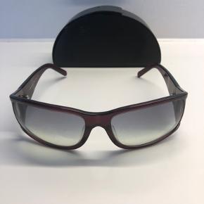 Prada solbriller fra start 00'erne. Selve etuiet er lidt slidt (se billede).