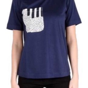 Fin tshirt i bomuld og lomme af viscose Bryst:92 cm Længde:59 cm