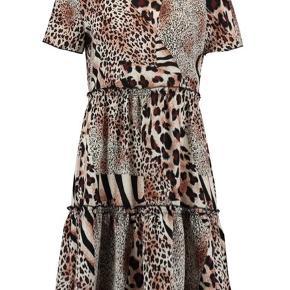 Mønstret kjole fra Moves med knappelukning i nakken.  Flotte detaljer.  Stadigvæk med prismærke .  Str. Small