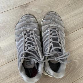 NIKE TN sneakers med grå velour, tydelige brugsspor men stadig i god stand! BYD gerne!