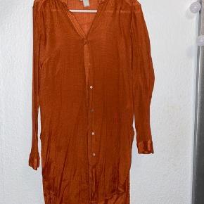 H&M Skjorte, Næsten som ny. Vejle - Orange skjorte/tunika fra H&M. Størrelse 34, men fitter en M(38) Den er okay gennemsigtig, selvom dette ikke kan ses på billedet. - hvilket også gøre den brugelig til at have over som ?cardigan? på stranden eller badeferie. Sender gerne billeder :). H&M S