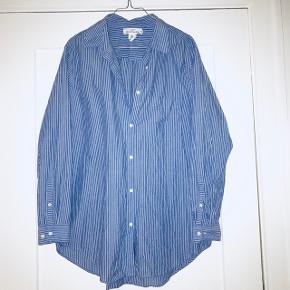 🏡 Flyttesalg 50% på alt, er trukket fra den oprindelige pris👆🏼🏡 📦 Alt skal væk i Januar 📦  📬 Køber betaler for forsendelse 📬  Flot blå/ hvid stribet bomulds skjorte. Den er købt oversize så kan bruges fra en 38-42, som løs eller normalt fit.   Brugt 3 gange.
