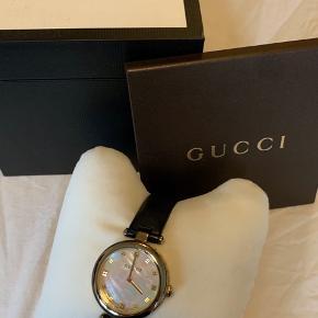 Gucci Diamantissima ur. 32 mm i dia.  Uret bliver 2 år til jul-  Garanti bevis følger med
