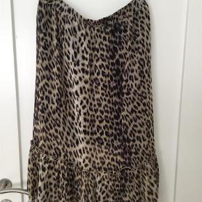 Varetype: Midi Størrelse: 44 Farve: Leopard  Nederdel med lille skørt under. Brugt 3-4 gange.  Ingen fejl eller mangler. Bytter ikke.  Gerne handel med mobilepay og DAO.
