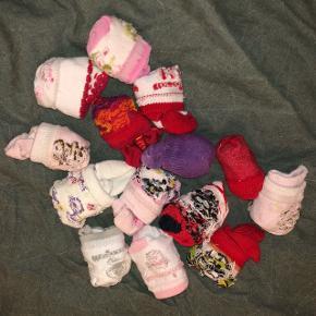 14 par sokker til nyfødtBrugt men gode   3 kr. par vis Eller 25 kr. samlet  Ved interesse for flere vare kan der gives mængderabat og findes en samlet pris.