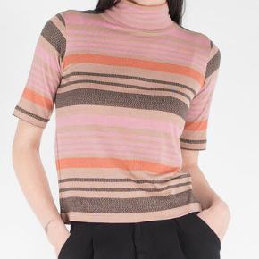 Flot sæt (Lulu) med bluse og nederdel i fin jersey. Kan bruges separat. Lækre farver i camel, orange, rosa og gråbrun. Brugt 2 gange. Vasket 1 gang, fremstår derfor som nyt. Sælger fordi jeg synes det sidder lidt for afslørende på mave/hofteområdet på mig. 92 % viscose og 8 % elastan.