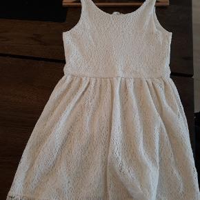Sød blonde sommerkjole i råhvid fra h&m str 10-12 år. Kun brugt få gange, så fremstår som ny.