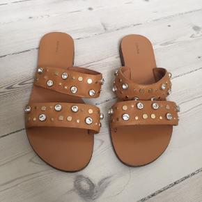 Fine flade sandaler i læder og størrelse 40. De har været brugt en enkelt dag.  De måler indvendigt 25,5 cm