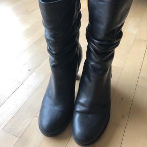 Støvlerne er i læder