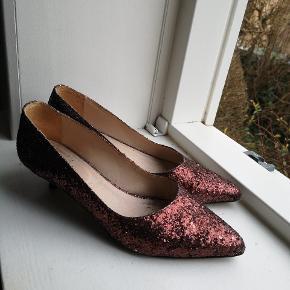 Fine glimmersko med lille hæl. Lidt slidt på hælen ift. Glimmeret