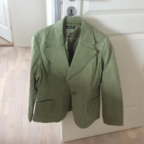 Varetype: Jakke Farve: Grøn  Pæn jakke Fra ikke ryger hjem Modtager mobilepay Ved TS tillægges TS febye