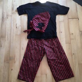 Sørøver pirat Kostume tema fest udklædning 6-8 år  T-shirt er 100 % bomuld og som ny  Tørklæde og bukser er andet materiale  Sender gerne   Udklædning temafest Halloween fastelavn kostume