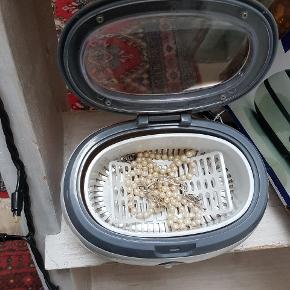 Smykke renser kom en teskefuld salt/5 små kugler sølvpapir samt varmt vand i beholderen kom smykkerne i og tænd,smykkerne bliver smukke