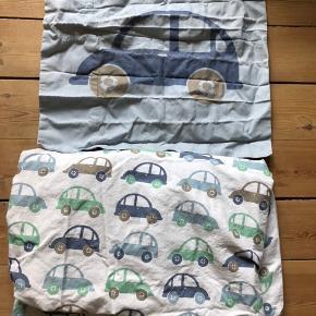 Junior sengetøj med biler på den ene side og uden motiv (bare lyseblå) på den anden.   Brugt sparsomt  Sender ikke ☺️