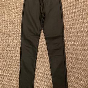 Helt nye lækre bukser fra Freequent. Stoffet er coated men ikke helt glat.  Kun prøvet og vasket.