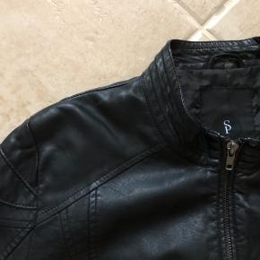 Fin læderjakke, udført i PU, med et fedt snit. Fremstår i pæn stand.  Jeg tog billederne og skulle lige til at pakke den sammen, så så jeg lidt slid i nakken, men ellers er den fin.  Sælges derfor meget billigt.  Mp: 65,- pp  Se også mine andre annoncer.