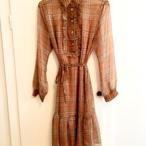 Kjole fra Love&divine - næsten aldrig brugt. Der står L i mærket, men jeg synes mere den svarer til en medium.