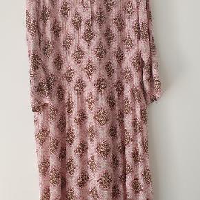 Elm-kjolen fra Samsøe&Samsøe klæder bare ALLE😍. Jeg har 4 af dem i forskellige print og de duer på en doven søndag, på arbejde,  til fest men denne er bare ikke lige min farve