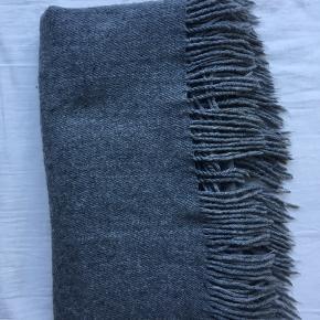 Halstørklæde fra Pieces  Brugt men stadig i god stand Mørk lyse grå