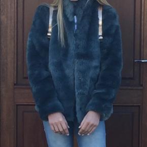 Lækker blød fake fur jakke fra Mango. Str. 164 kr. Brugt 1 gang.Ny pris 600 kr.