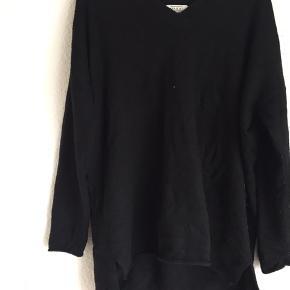 Massi har den BEDSTE kvalitet til trøjer, så blød og flot. Denne her er meget løs og oversized i et langt fit:-)
