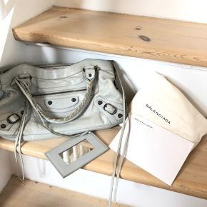 Balenciaga first i lysegrå fra 2013  Tasken er i super god stand ✨✨✨ Dustbag og kvittering medfølger