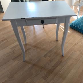 Super fint bord i massiv træ, som kan bruges både som skrivebord, sminkebord eller bare sågar ude i entréen.  Mål: længde: 78,5 cm, dybde: 50 cm, højde: 74,5 cm ca.  Skal afhentes.