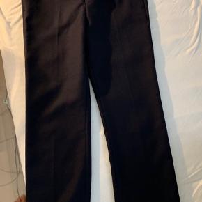 Super fede Acne studios habit bukser, som er mørkeblå. Sælger dem udelukkende fordi jeg desværre ikke kan passe dem.