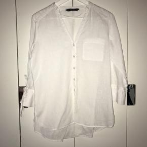 Super fin hvid hør skjorte fra Zara med binde detaljer på ærmerne str. XS. Fin stand. BYD!!