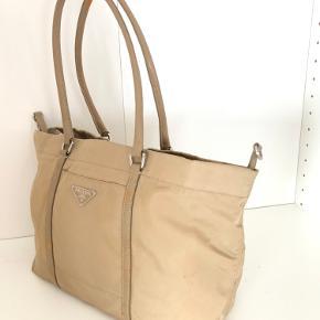 Flot Prada taske i nylon og læder. Har brugsspor på læderstolene som ses på billeder ellers super fin stand. Mål 32x25