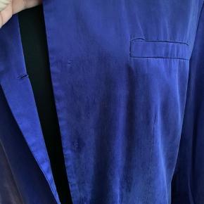 Ren silke, foret polyester . I rigtig god stand. Dog er alle knapper taget af. Str 38