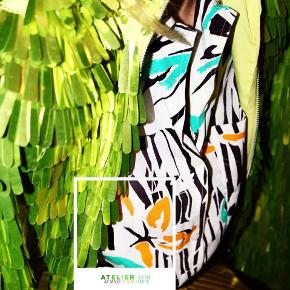 - BENYT 'KØB NU' FUNKTIONEN, VED KØB -  Hvid vintage skjorte fra Christian Dior Separates. Skjorten har korte bredde ærmer, et længere bagstykke og en påsyet brystlomme. Den har et mønster i sort, orange og grøn, og er i et let rayon stof.   ○ Mærke: Dior ○ Størrelse: UK10 (svarende til en størrelse 38) - Ærmelængde: 23 centimeter  - Skulderbredde: 43 centimeter - Brystmål: 51 centimeter - Taljemål: 51 centimeter - Længde:  70 centimeter ○ Fit: Løs ○ Stand: Vintage - god, men brugt ○ Fejl/Mangler: Ikke umiddelbart ○ Materiale: 100% Rayon