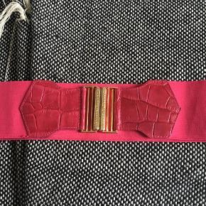 Varetype: Bælte Størrelse: 85cm Farve: Pink Prisen angivet er inklusiv forsendelse.  Lækkert elastikbælte m Fake snake-detalje.