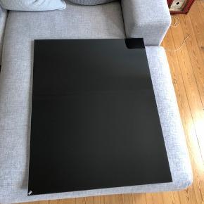 Chat Board med målene 70 x 90 i sort sælges. Glastavlen kan bruges til at skrive på og til ophæng af billeder/papirer med magneter. Tavlen er helt som ny, og nyprisen var 2.045 kr.