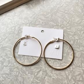 Store hoops fra H&M, aldrig prøvet på - der sidder stadig gummi-lukker på. De har været i en pakke hvor jeg bare skulle bruge de andre øreringe :)  Har taget et billede ved siden af mit øre, for at prøve at vise størrelsen