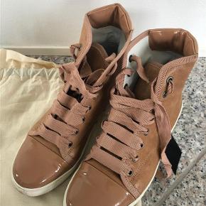 Jeg sælger mine Lanvin sko som jeg har brugt et par gange siden de er blevet købt.  Kvittering, dustbag og ekstra snørebånd fåes med.   Kom med et bud :)  Sko Farve: Brun Oprindelig købspris: 1700 kr.