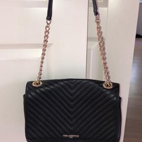 Ægte Karl Lagerfeld taske købt i NYC. Den har meget lidt slid på indersiden af tasken. Kan sende flere billeder hvis det ønskes. Byd gerne. Køber betaler fragt.