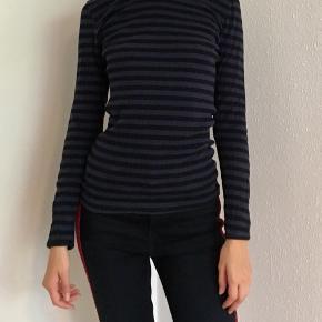 Flot langærmet t-shirt med blå og sorte stribet. Har også en i grå til salg ☀️ og jeans er også til salg ☀️se også mine andre spændende annoncer 😊 Obs. Gratis fragt ved køb for min. 100 kr. i uge 42☀️