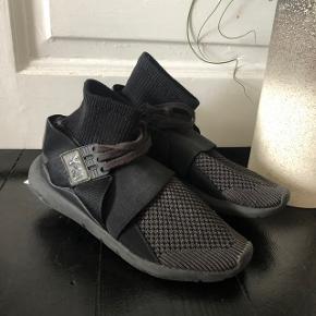 Y3 Adidas Yohji Yamamoto black sneaks  Lidt mere brugte end de andre sko jeg har tilslag, Men stoffet eller bunden er ikke slidt. Logoets læder og snørebåndene er lidt slidt