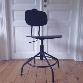 Super fin, sort kontorstol fra IKEA. Har et par ridser i sædet, se billede 4 - men ellers i upåklagelig stand 😊🌸  Prisen er fast. Jeg bytter ikke 😊✌️