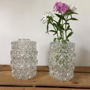 Smukke og dekroative vaser i glas 🌸 - 17 cm høj og en diameter på 10 cm. 70 kr pr. Stk. Jeg sender gerne på købers regning 😊