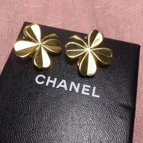 Chanels kendte vintage firkløver øreringe med clips. Øreringen er belagt med ægte guld. I Flot stand. Tilhørende Chanel æske følger med.  Fast pris + gebyr.  **** SE ALLE MINE LÆKRE ANNONCER ****  Vintage Guld Kløver clips Øreringe Farve: Guld
