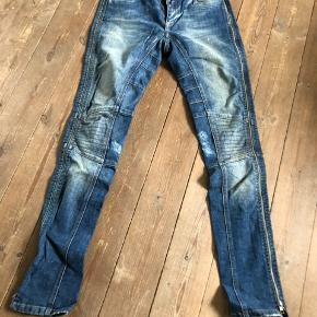 Flotte jeans med lynlås i benene. Str. 28/34.