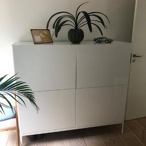 Fin kommode / reol i blank hvid fra Ikea. 4 låger, hvori der i de to øverste er hylder og i de to nederste en skuffe øverst. Enkelte brugsspor, men fremstår i fin stand. Tung. Skal som udgangspunkt afhentes i Bramming.
