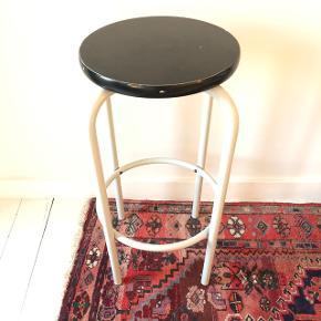 Taburet. Kan også bruges som sidebord. 70 cm høj. Sædet er sortmalet træ og 32 cm i diameter. Benene er hvide og lavet af metal. Jeg har selv købt den her på Tradono, af en som havde købt den i en retro-genbrugsbutik, men nu trænger den til nyt hjem ☺️