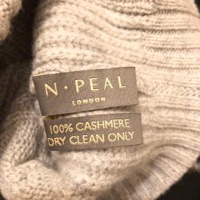 100% Cashmere med pels top.  Fra engelske N.Peal Som ny