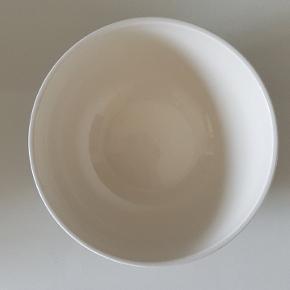 Omaggio skålen på Ø 20 cm i Omaggio serien fraKähler Designer en serveringsskål til salat, frugt, popcorn og lækkerier. Striberne på skålen er håndmalede. Hver skål er unik.