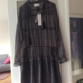 f44733762a4 Varetype: kjole Farve: Mørkeblå med hvid Oprindelig købspris: 500 kr. Prisen  angivet