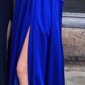 Smuk kongeblå gallakjole med slids i benet. Kjolen er købt i Frk. Fie i Randers d 2 maj 2019, og er kun brugt på min galladag, så den er næsten som ny. Nyprisen var 1495