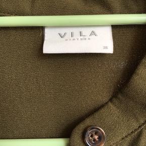 Kjole fra Vila i str. 36. 100 pct. polyester  Cirka mål:  - Længde (fra hals til hæm): 116 cm  - Talje: 46 cm  - Armlængde: 62,5 cm  - skulder til skulder: 37 cm